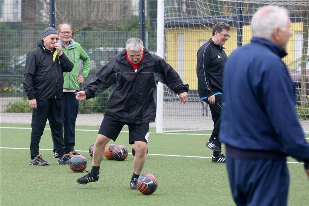 "Senioren spielen ""Walking Football"""