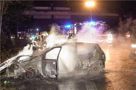 auto geht in flammen auf leichtverletzte kann sich nach unfall alleine retten. Black Bedroom Furniture Sets. Home Design Ideas