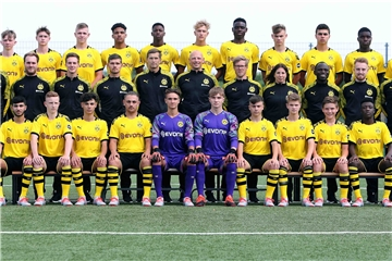 Borussia Dortmund U16 Team 2019/20: Hinten von links: Mika Lenninghaus, Emilio Schiano, Phil Mehn, Benjamin Mbom, Isaac Nwachukwu, Jonah Husseck, Mengot Ayukayoh, Niclas Düring, Kiyan Sadeghi, Ousmane Diallo, Michel Ludwig. Mitte von links, Trainer Marco Lehmann, Betreuer Marvin Musielak, Video-Analyst Niklas Mack, Athletik-Trainer Max Kallensee, TW-Trainer Michael Stryzs, Physiotherapeut Mark Jerosch, Reha-Trainer Jon Gewehr, Physiotherapeutin Laura Kemper, Technik-Trainer Marvin Mainoo-Boakye, Co-Trainer Jannik Pleschke, Co-Trainer Cetin Güner. Vorne von links Miran Pehlivan, Daniel Stein, Davut Sat, Ferruh Ocakkaya, Hendrik Höh, Daniel Dudek, Elefterios Theocharis, Henrik Dier, Jonah Wagner, Dia Tchadjobo