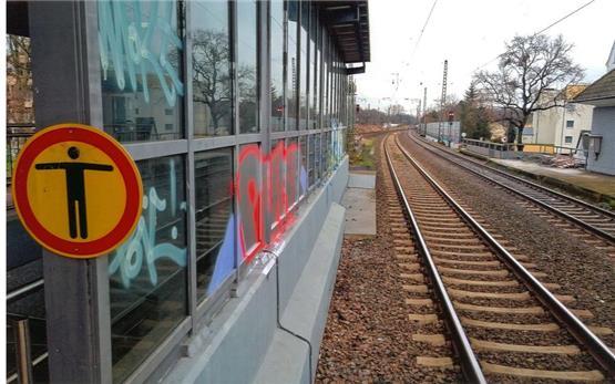 graffiti ausloscher holt sich abfuhr von der bahn