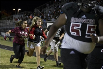 In Panik flüchteten viele Menschen aus dem Stadion der Palm Beach Central High School in Florida. Foto: Allen Eyestone/Palm Beach Post via ZUMA Wire