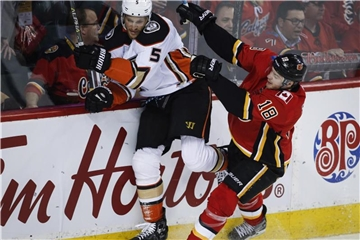 Matt Stajan (r) blockt im März in der NHL Korbinian Holzer von den Anaheim Ducks. Der Kanadier wechselt in die DEL. Foto: Jeff Mcintosh/The Canadian Press