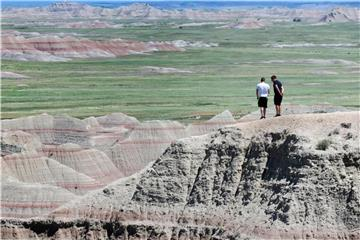 Touristen im Badlands National Park in South Dakota: In vielen Nationalparks der USA werden im Juni 2018 die Eintrittspreise erhöht. Foto: Christian Röwekamp